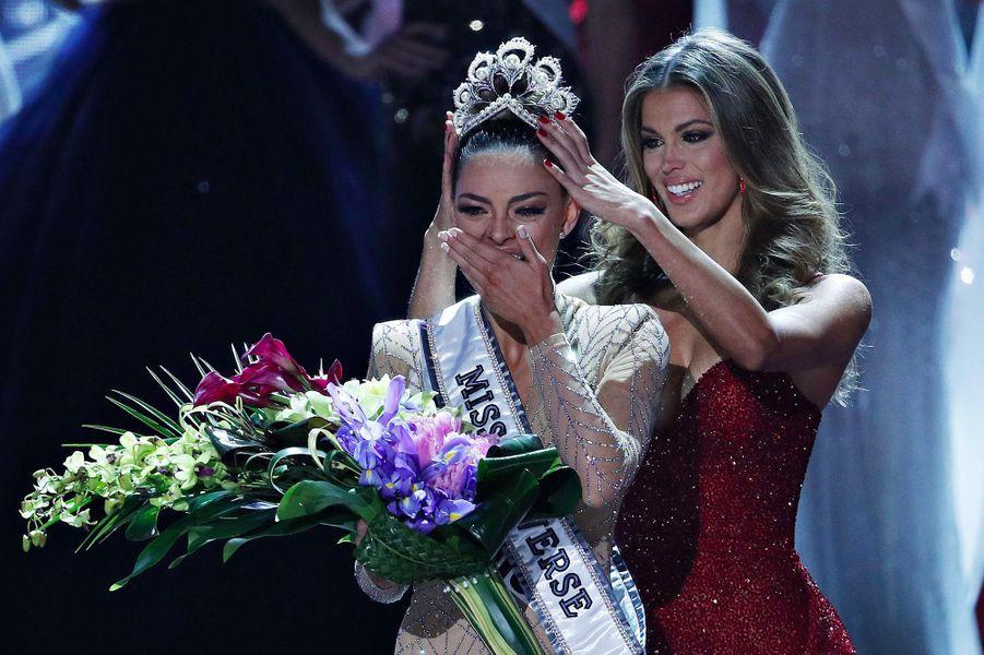 Demi-Leigh Nel-Peters, Miss Afrique du Sud, couronnée Miss Univers par Iris Mittenaere