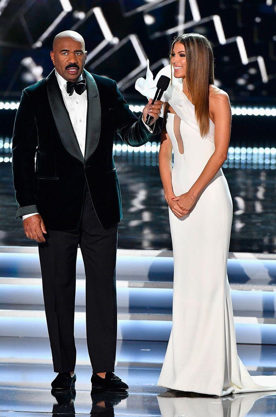 Iris Mittenaere et le présentateur de Miss Univers, Steve Harvey