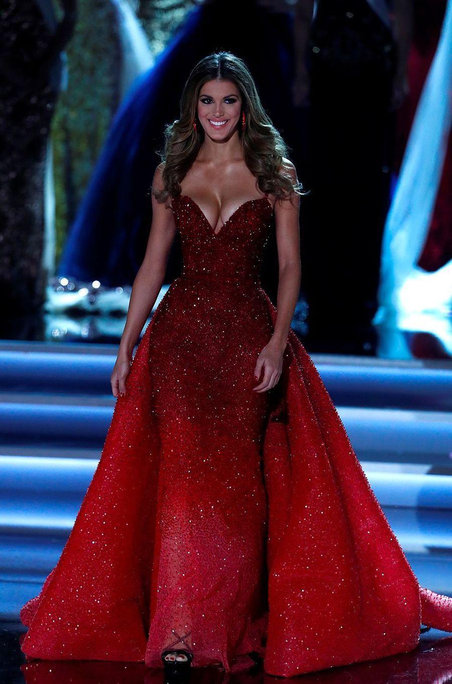 Iris Mittenaere pendant la cérémonie Miss Univers