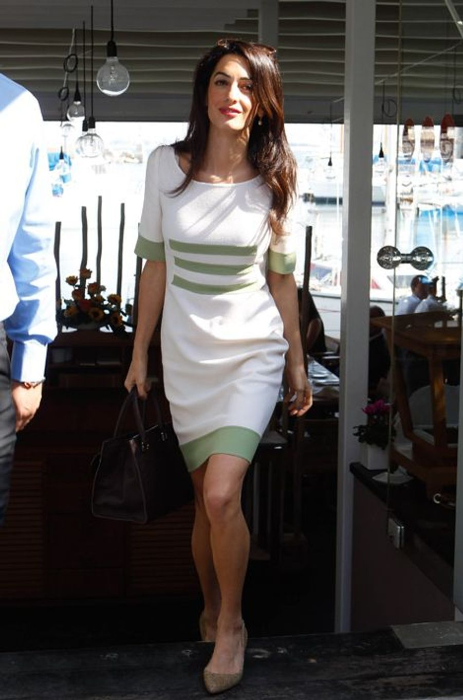 De passage en Grèce pour défendre le dossier épineux des frises du Parthénon, la juriste anglaise s'était affichée en robe Camilla Bona Haute Couture (840 euros) assortie à un sac Ballin (975 euros). Coût total : 1.815 euros.