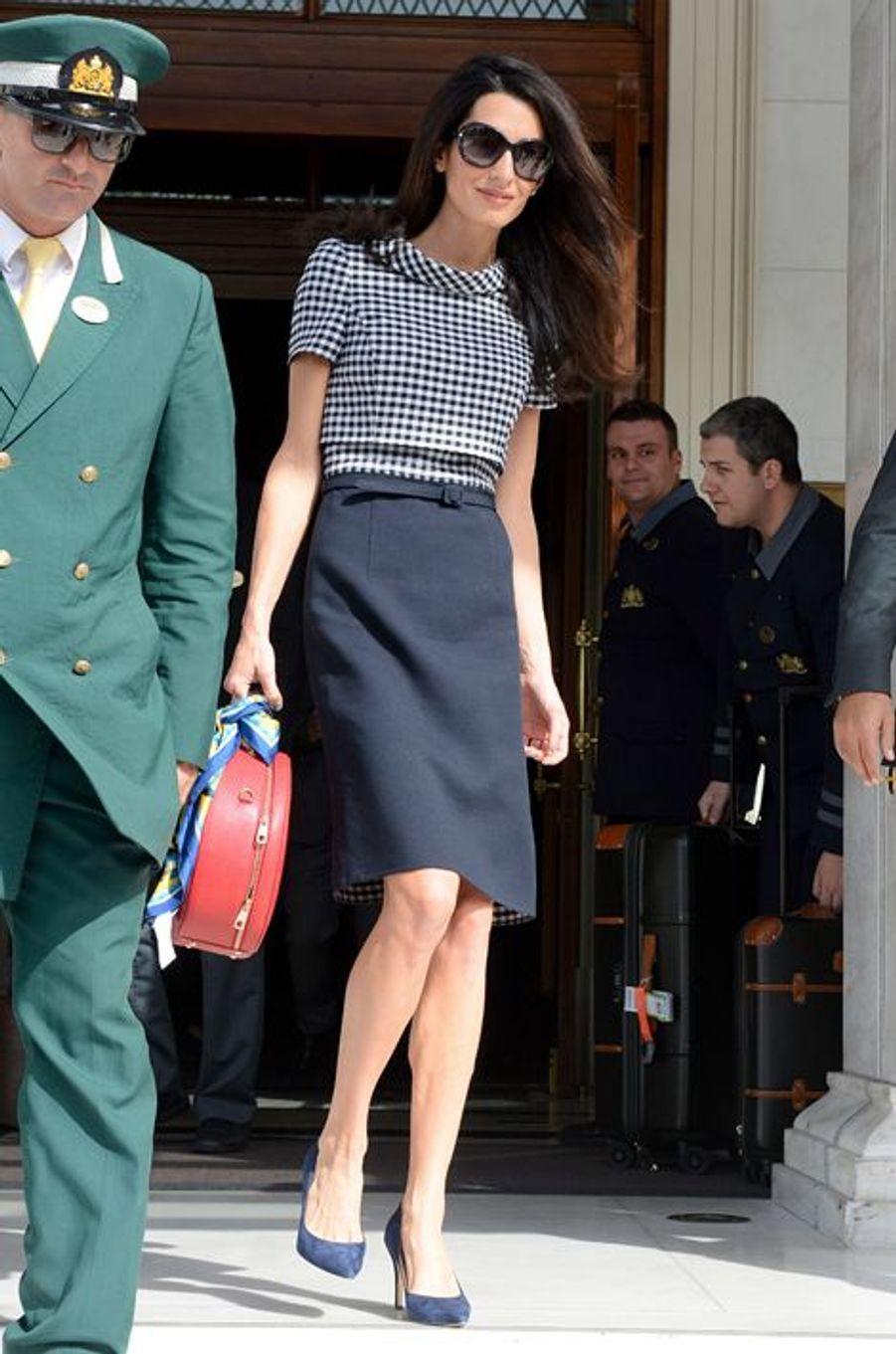 Lors de son départ de Grèce, la jeune épouse de George Clooney était apparue sobre et chic à la sortie de son hôtel. Elle avait opté pour une robe Oscar de la Renta (1.800 euros), un sac Dolce & Gabbana (1.750 euros), une paire de ballerines Jimmy Choo (675 euros) et une paire de solaires Prada (260 euros). Prix du look : 4.485 euros.