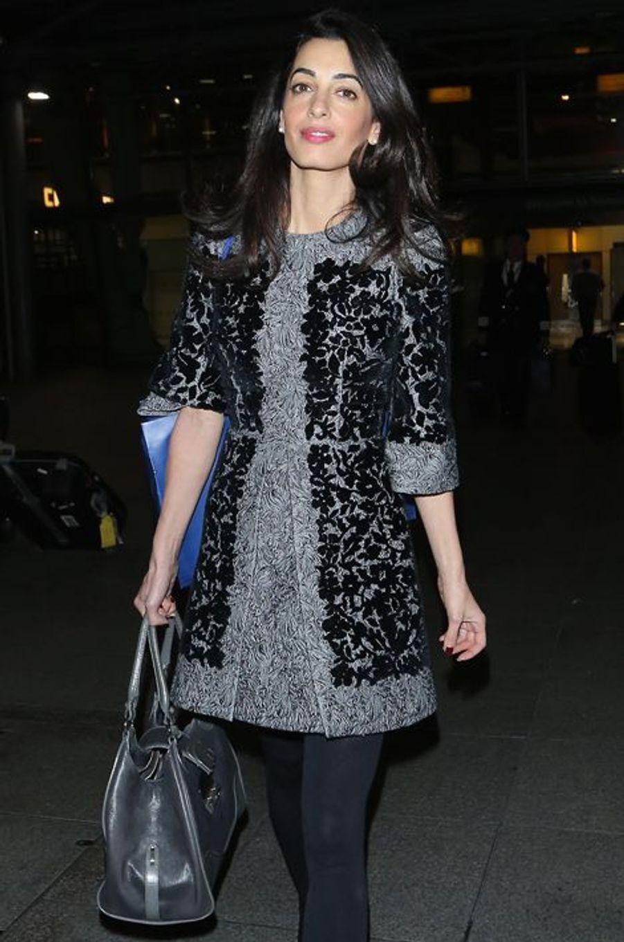 Style hivernal pour la jolie brunette. À l'aéroport d'Heathrow, Amal Clooney s'était montrée avec une robe de la maison Dolce & Gabbana (5.570 euros) et une paire de boots Prada assorties (900 euros). Total : 6.470 euros.