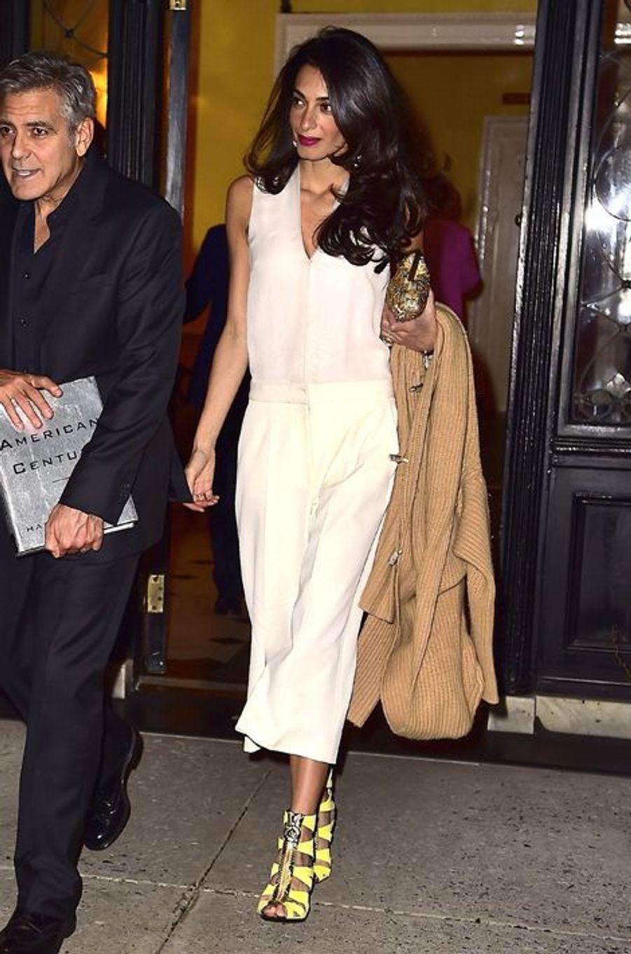 Look épuré pour Madame Clooney, qui avait opté ce jour-là pour une combinaison blanche de la griffe Stella McCartney (1.590 euros), une paire d'escarpins Versace (1.640 euros), une pochette Sarah's Bag (230 euros) et une paire de boucles d'oreilles Akong London (340 euros). Coût total du look : 3.800 euros.