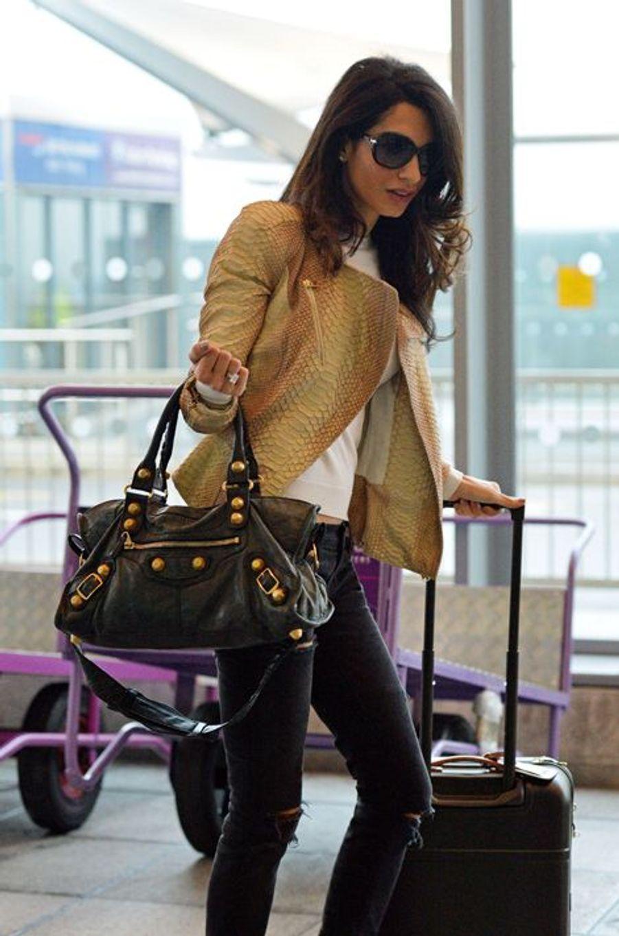 Aux États-Unis pour les fêtes de Thanksgiving, Madame Clooney était apparue à l'aéroport de JFK vêtue d'un perfecto Alexander McQueen (3.060 euros), d'un sac Balenciaga (1.200 euros), d'un jeans Current/Elliott (260 euros). Chic jusqu'au bout du détail, elle avait également embarqué une valise Bellagio (835 euros). Coût total : 5.355 euros.