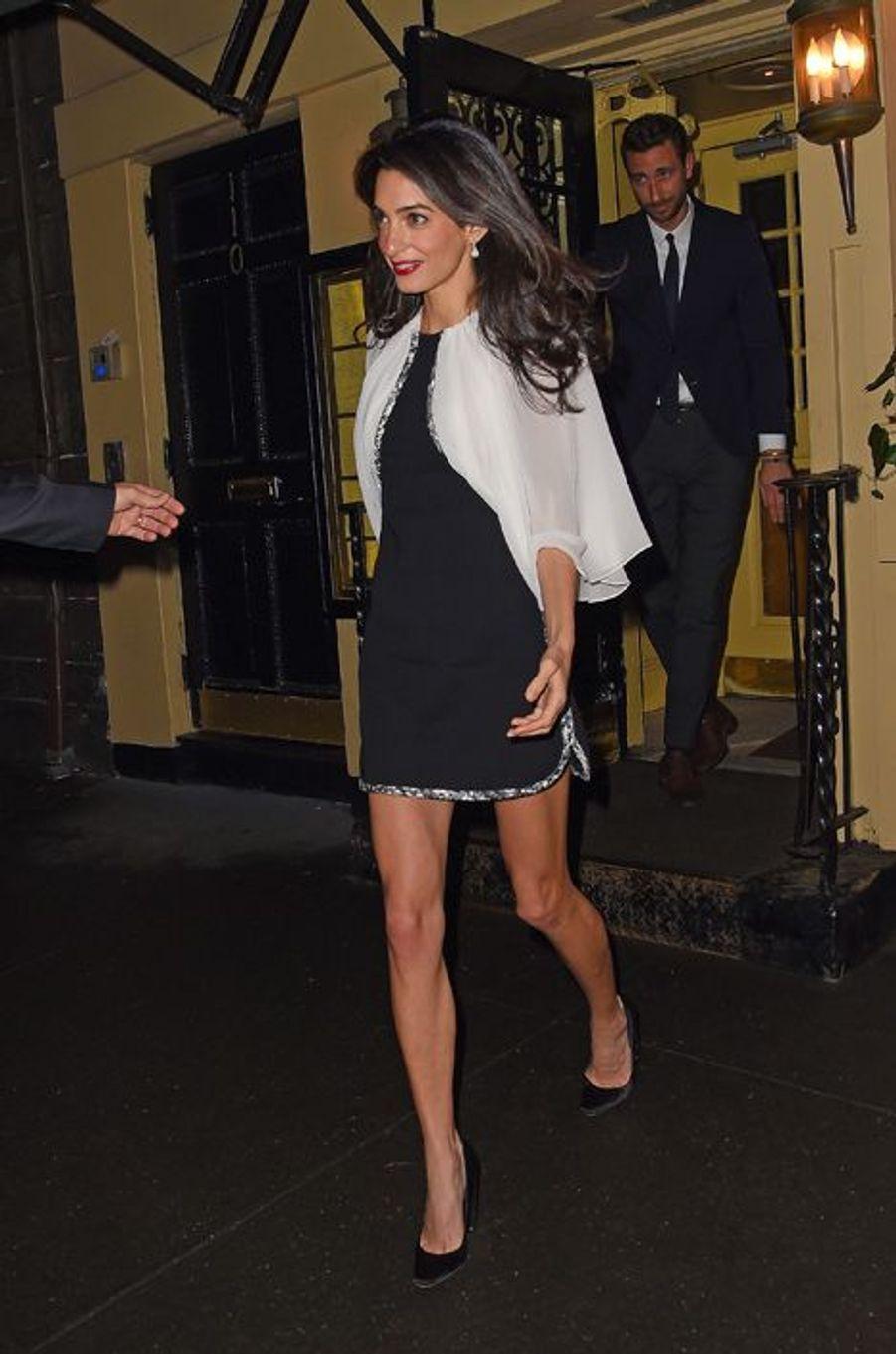 Pour une nouvelle sortie romantique au bras de George Clooney, Amal avait opté pour une tenue Giambattista Valli d'une valeur totale de 2.430 euros ainsi que pour une paire d'escarpins assortis de la même marque à 900 euros. Total : 3.330 euros.