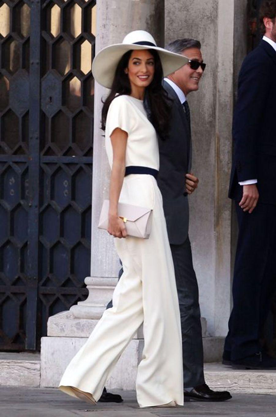 Sacrée «femme la plus influente de Londres» en octobre dernier par le journal britannique «The Evening Standard», Amal Clooney est désormais considérée comme étant l'une des icônes les plus suivies du monde hollywoodien. Scrutée par les nombreux paparazzi entre Londres et New York, l'épouse de George a un sens du style certain, même si elle prend parfois des risques.Propulsée sur le devant de la scène médiatique en septembre dernier lors de son fastueux mariage vénitien, l'avocate de 37 ans cultive un goût de la mode. D'Oscar de la Renta à Giambattista Valli, en passant par Dolce & Gabbana ou bien encore Balenciaga et Dior, la juriste spécialiste du droit international a quelques créateurs chouchous. Sobres, élégantes et parfois beaucoup trop osées, ces pièces griffées valent quelques milliers d'euros, pour un look total avoisinant en moyenne les 4.000 euros.À l'aise sur ses talons, Madame Clooney ne se refuse rien, pas même les colliers de sa marque fétiche, Akong London, qui sont chaque estimés à plus de 440 euros. «Bling bling» mais pas trop, celle qui enseigne désormais à la prestigieuse université de Columbia, à New York, rechigne sans trop de peine à collectionner les solaires et les bottines Prada, l'une de ses marques italiennes fétiches. Après tout, tout est une question de détails. Avec Amal, George Clooney en voit décidément de toutes les couleurs. What Else ? ---Déjà très suivie par les paparazzi lors de son fastueux mariage avec George Clooney, Amal s'était apprêtée d'un sublime ensemble Stella McCartney (2.225 euros), assorti à un chapeau de la griffe (550 euros) et d'une pochette Beckett (665 euros). Prix total du look : 3.440 euros.
