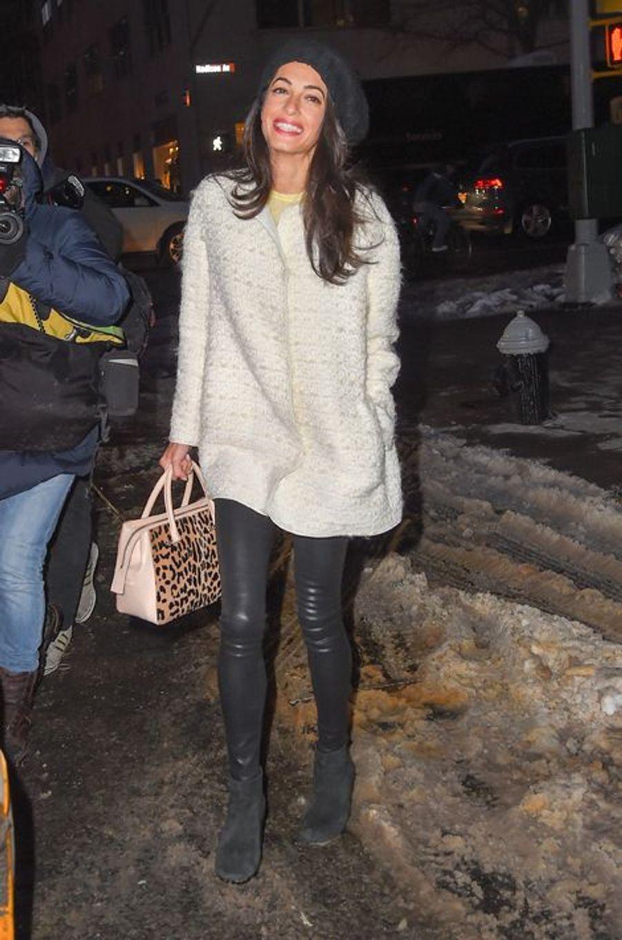 À l'occasion d'un énième rendez-vous avec George Clooney, la juriste libanno-britannique avait dégainé un sublime look hivernal : un manteau Giambattista Valli (1.880 euros) avec le sac assorti (2.500 euros), des bottines DKNY (270 euros) et un chapeau Dolce & Gabbana (270 euros). Un total de 4.920 euros de pièces griffées.