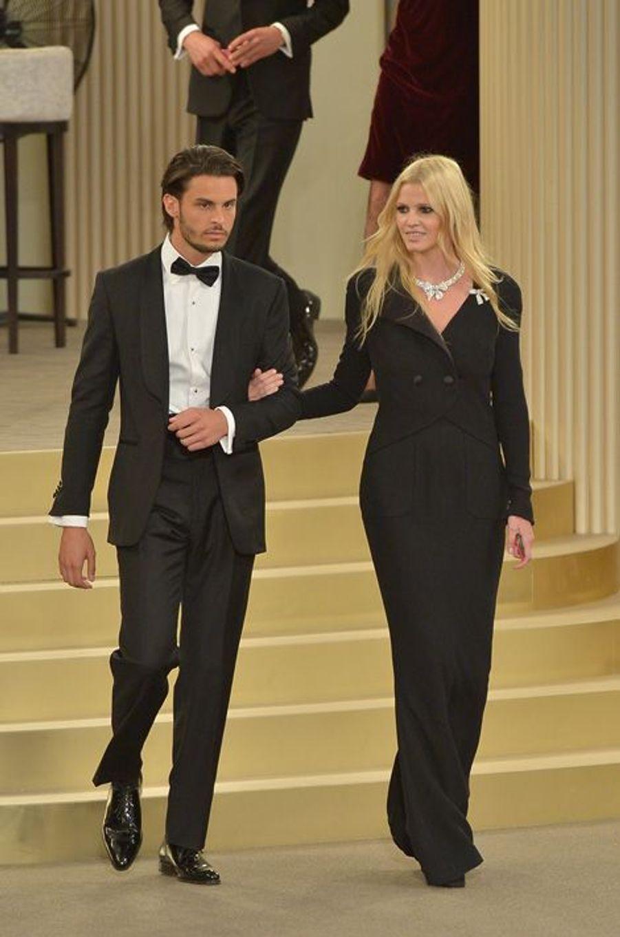 Baptiste Giabiconi et Lara Stone au défilé Chanel