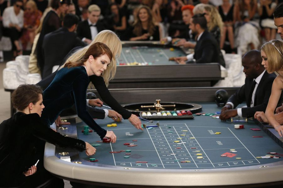 Kristen Stewart et Julianne Moore au défilé Chanel