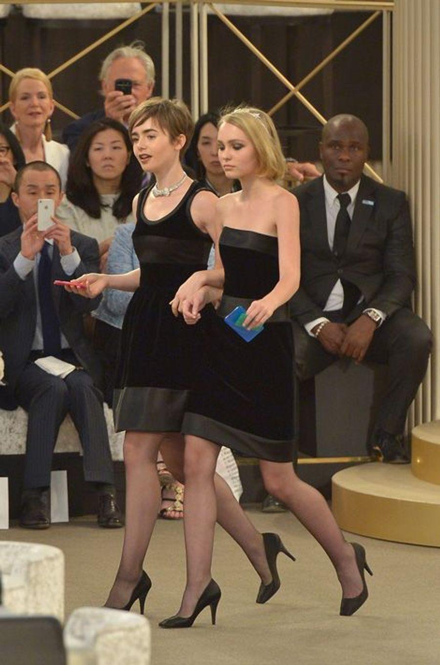 Lily Collins et Lily-Rose Depp au défilé Chanel