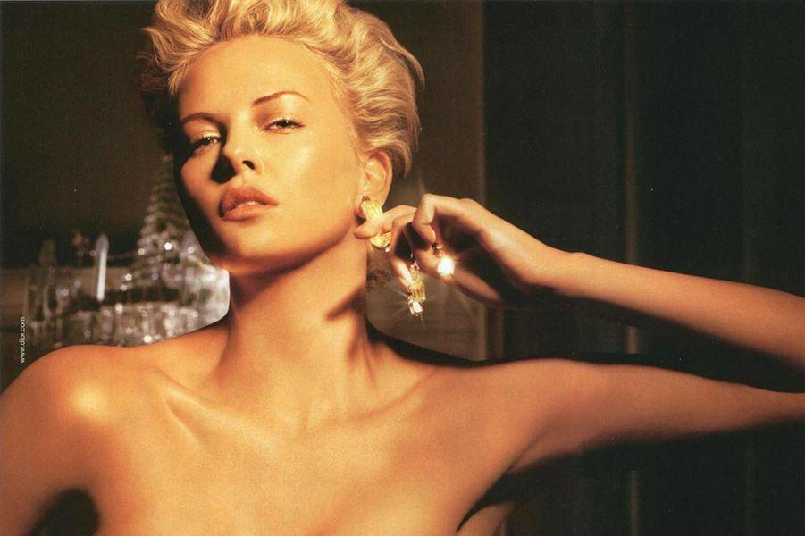 """Charlize Theron, égérie du parfum """"J'adore"""" depuis 2004"""