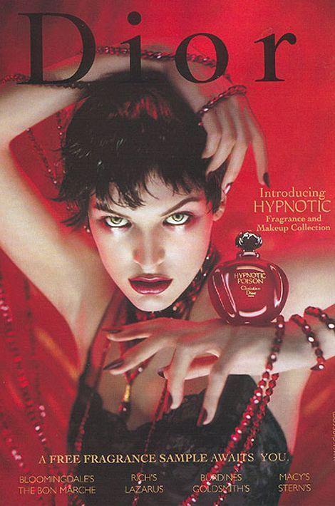 """Milla Jovovich, égérie du parfum """"Hypnotic Poison"""" en 1998"""