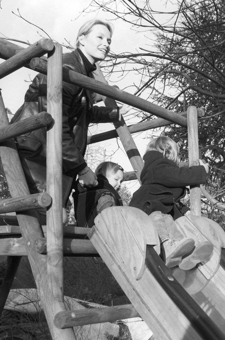Estelle avec ses deux filles Ilona et Emma, 1999