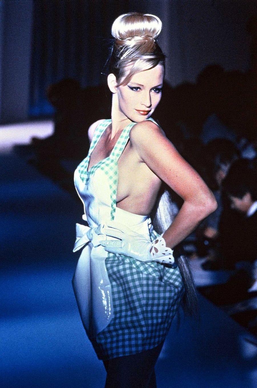 Estelle défile pour Thierry Mugler en 1990
