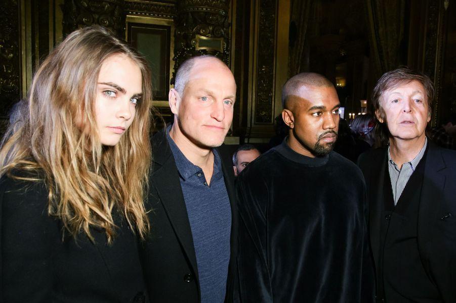 Au défilé Stella McCartney. Avec, de gauche à droite : Woody Harrelson, Kanye West et Paul McCartney