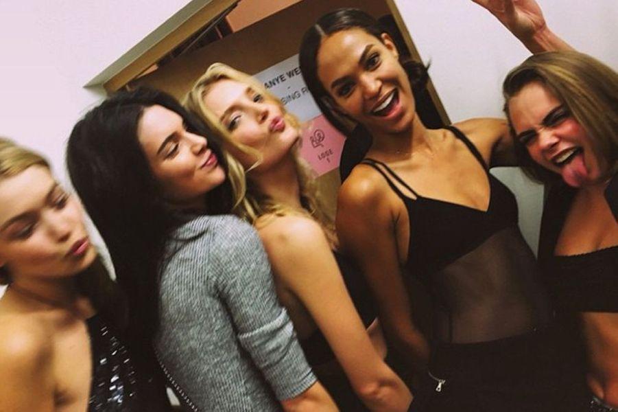 Avec ses copines supermodels. De gauche à droite : Gigi Hadid, Kendall Jenner, Lily Donaldson et Joan Smalls