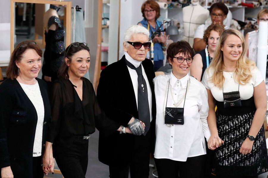Karl Lagerfeld entouré de Mesdames Jacqueline, Cécile, Josette et Olivia.
