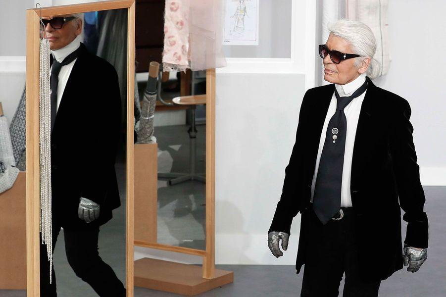 Karl Lagerfeld présente sa collection haute couture automne-hiver 2016-2017.