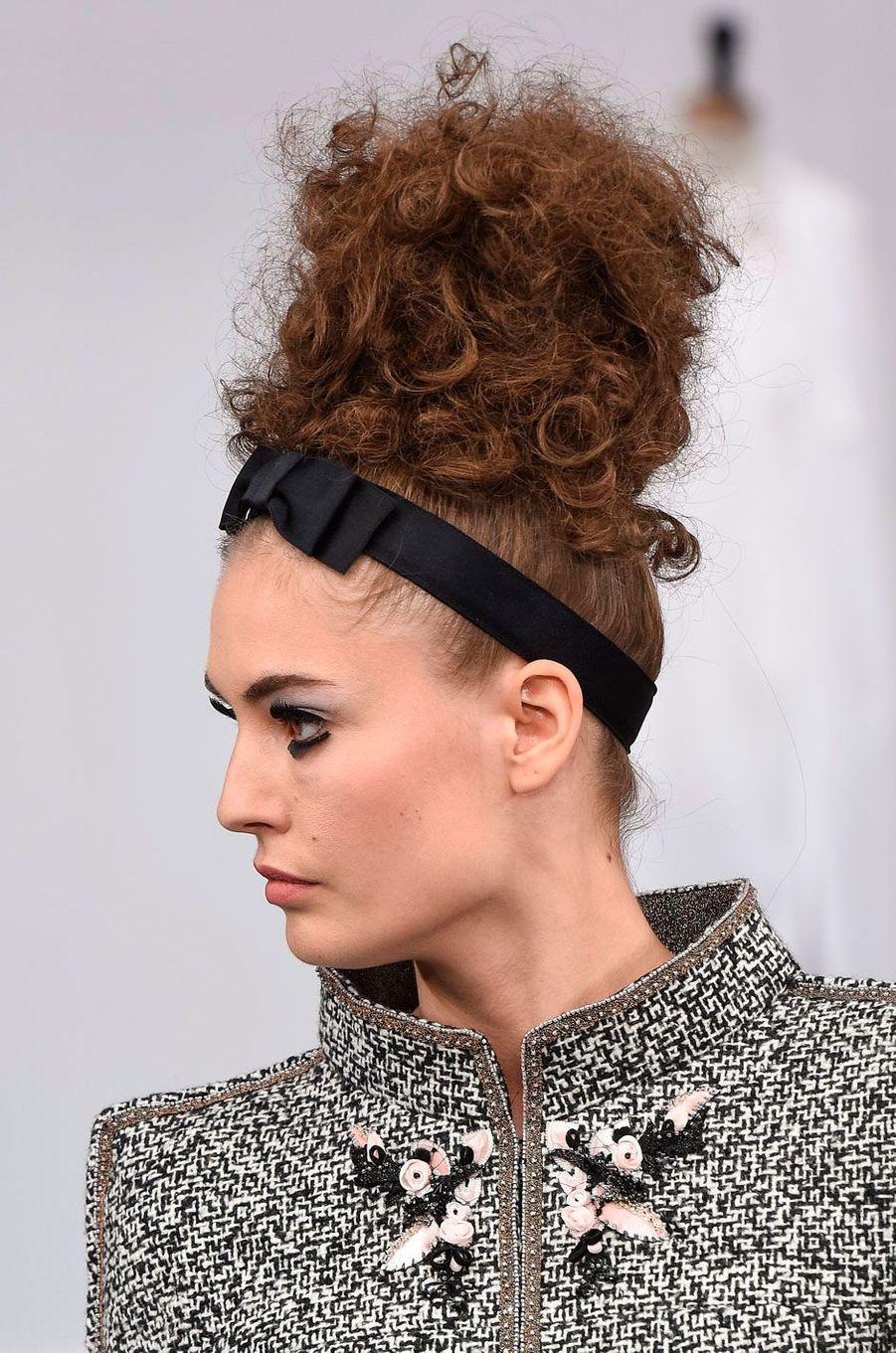 Les mannequins coiffées d'un chignon style Pompadour.