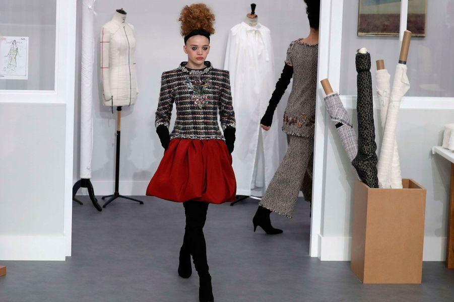 Les mannequins présentent la collection haute couture automne-hiver 2016-2017 de la Maison Chanel.