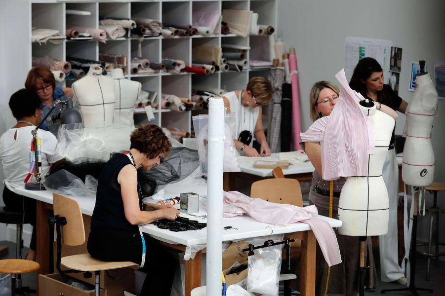 Les premières d'atelier s'affairaient derrière les mannequins lors du défilé Chanel automne-hiver 2016-2017.