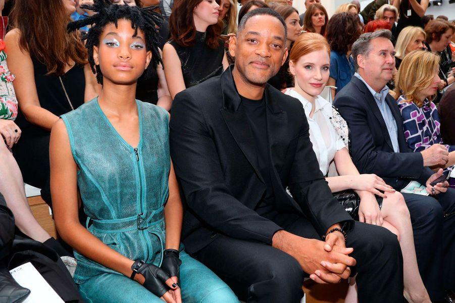 Will Smith entouré de sa fille Willow, égérie Chanel depuis le mois de mars, et de Jessica Chastain.