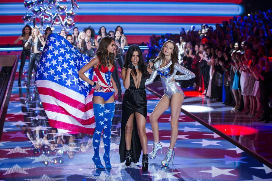 Selena Gomez chante sur scène