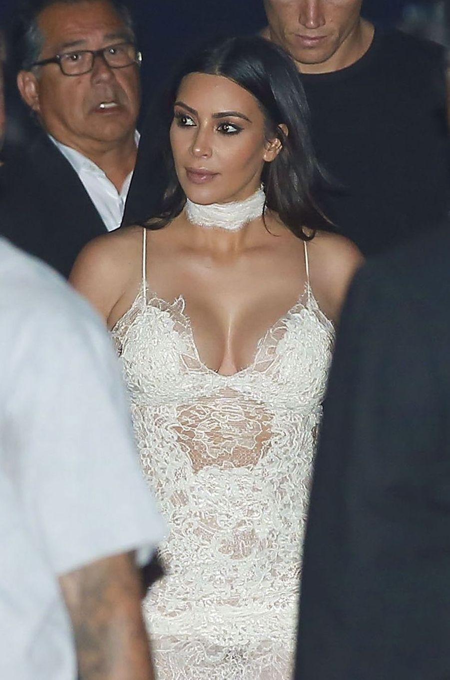 Kim Kardashian en robe en dentelle, à Malibu, le 26 mai 2016.