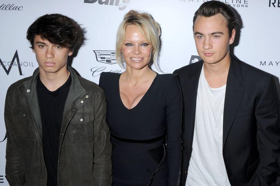 Pamela Anderson entourée de ses fils, Dylan Jagger et Brandon Thomas Lee, à Los Angeles le 20 mars 2016