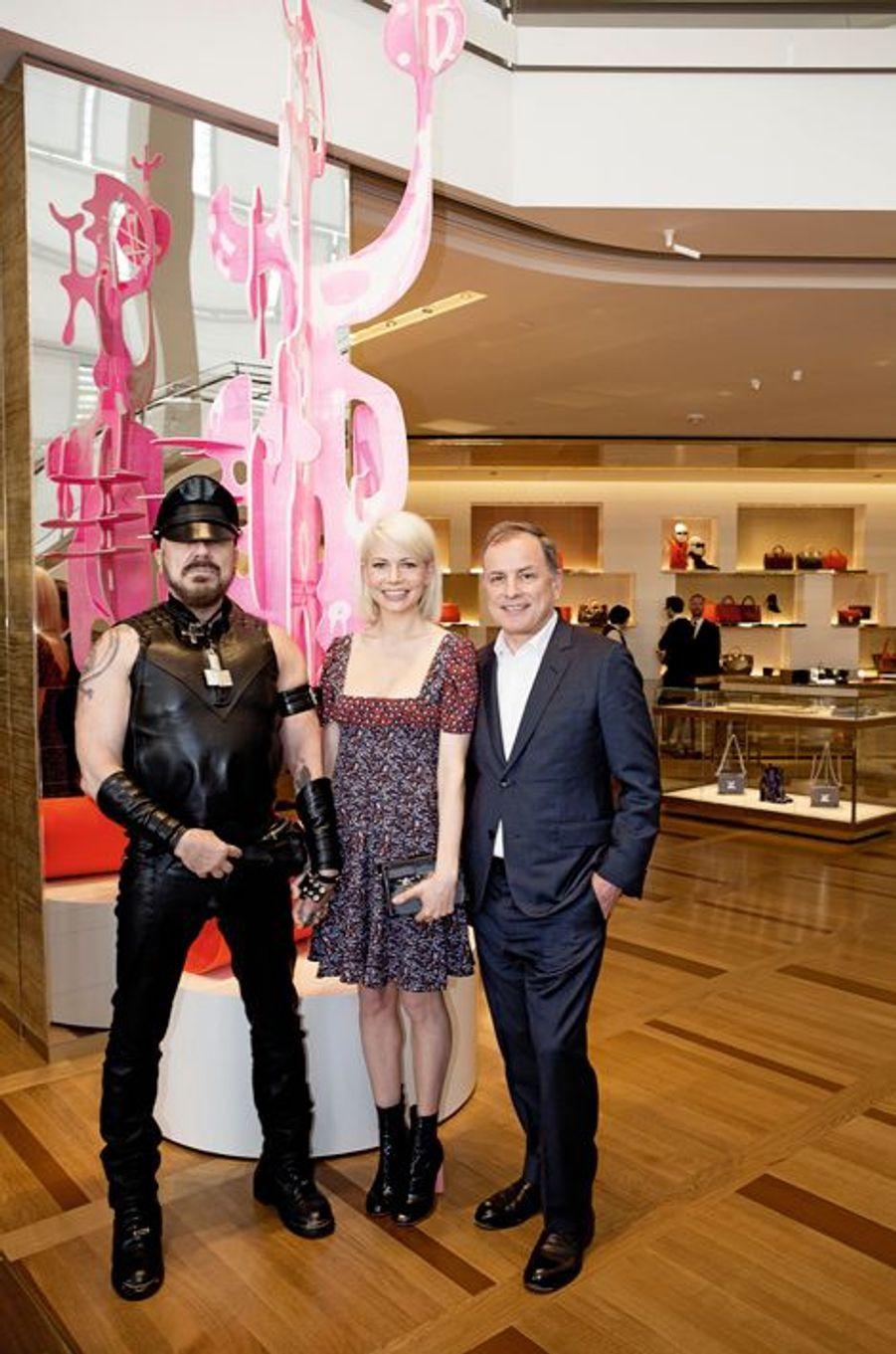 A Los Angeles, Louis Vuitton a ouvert une nouvelle boutique sur Rodeo Drive, inaugurée le 5 février par l'architecte Peter Marino, l'actrice Michelle Williams et le P-DG de la maison, Michael Burke.