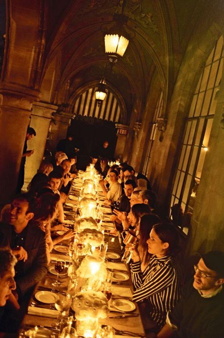 La grande table de Chateau Marmont : une trentaine d'invités entourent Nicolas Ghesquière.
