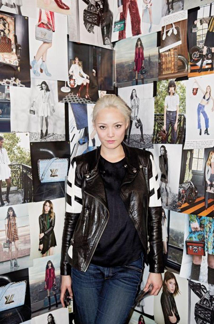 La comédienne française Pom Klementieff dans la salle aux affiches tapissée de photographies de Jürgen Teller et d'Annie Leibovitz.