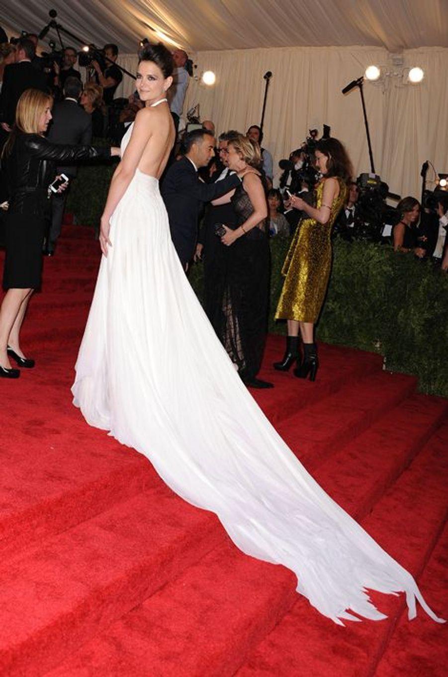 """Chaque année, le Gala du Metropolitan Museum of Art est l'événement phare du début du printemps. Cette année, le Gala inaugurera l'exposition""""China : Through the Looking Glass"""", qui ouvrira officiellement ses portes le 7 mai.Parmi les reines de l'événement se trouveSarah Jessica Parker: l'inoubliable Carrie Bradshaw de """"Sex and the City"""" avait marqué en Alexander McQueen (une robe faite de tulle et d'un kilt), mais aussi en Oscar de la Renta. Madonna, habituée des tenues extravagantes, viendra-t-elle à nouveau en bas résille? Le topGisele Bündchen, qui a annoncé la fin de sa carrière sur les podiums, est également très attendue.Blake Lively, en pleine promotion de son nouveau film quelques mois à peine après la naissance de sa fille James, sera elle aussi attendue au tournant.Amal Clooney fera-t-elle une apparition? L'avocate internationale, qui a épousé George Clooney à la rentrée dernière, donne en ce moment des cours à l'université de Columbia et se trouve donc dans la Grosse Pomme. Nul doute que sa présence serait scrutée, tant son style pointu est apprécié par les spécialistes. A la veille du Gala du Met, attribuez une à cinq étoiles à la star qui est, selon vous, la reine de l'événement."""
