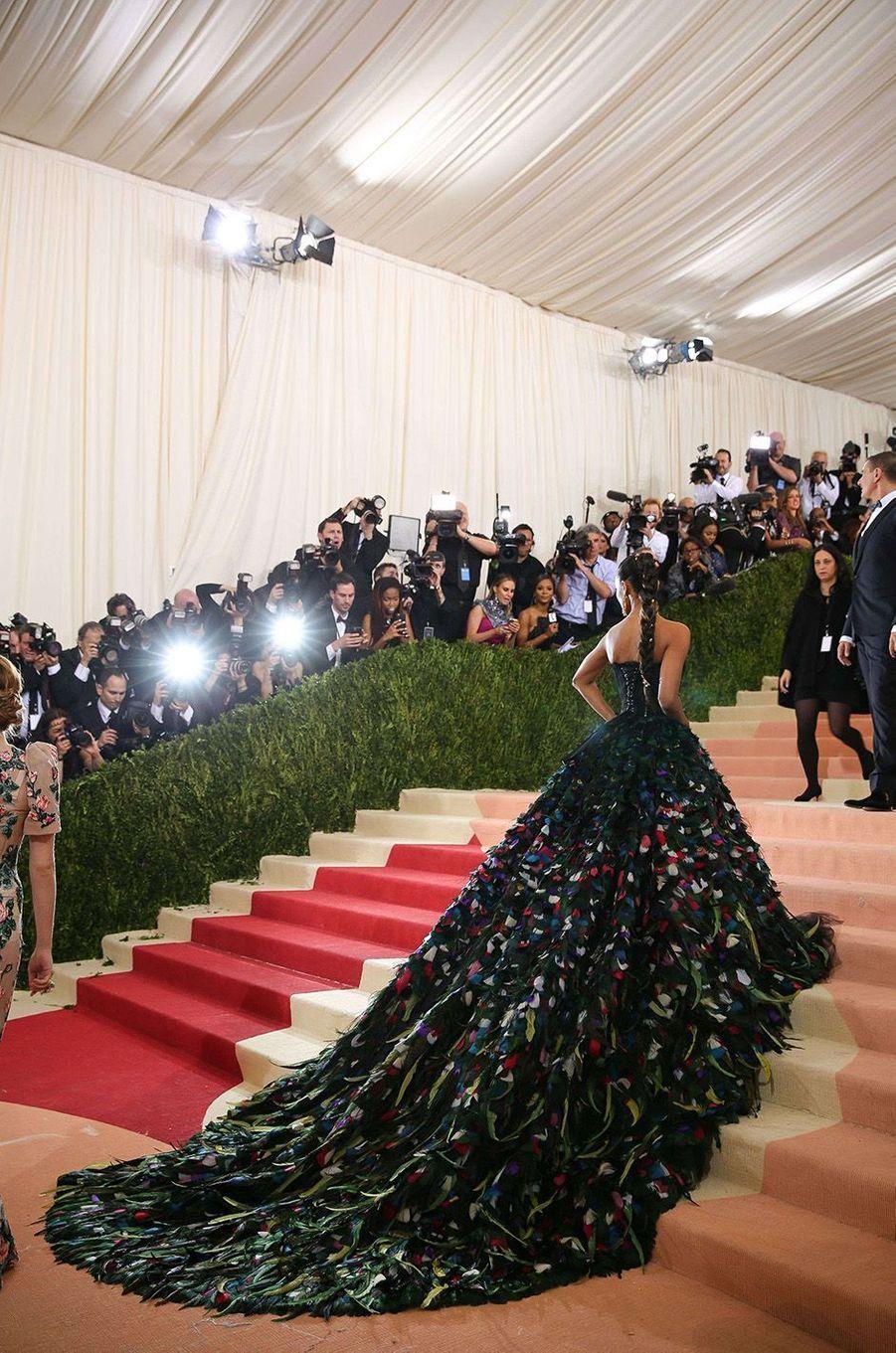 Zoe Saldana la sensation du Gala du Met, le 2 mai 2016