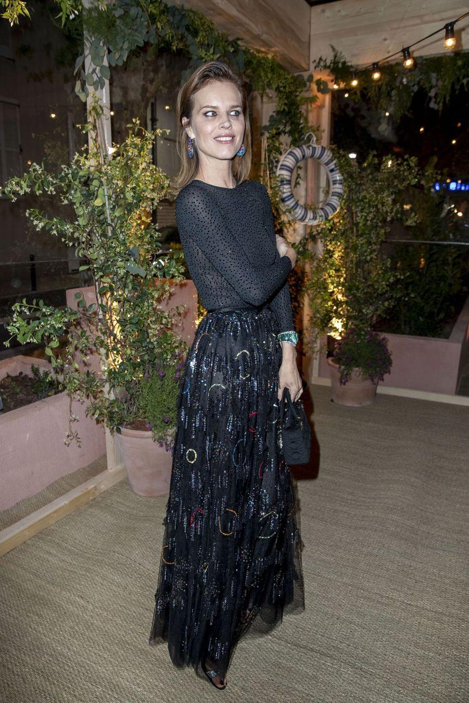 Eva Herzigová(en souliers Giuseppe Zanotti)à la soirée organisée par Dior et «Vogue» au restaurantFred l'écaillerlors du 72e Festival de Cannes le 15 mai 2019