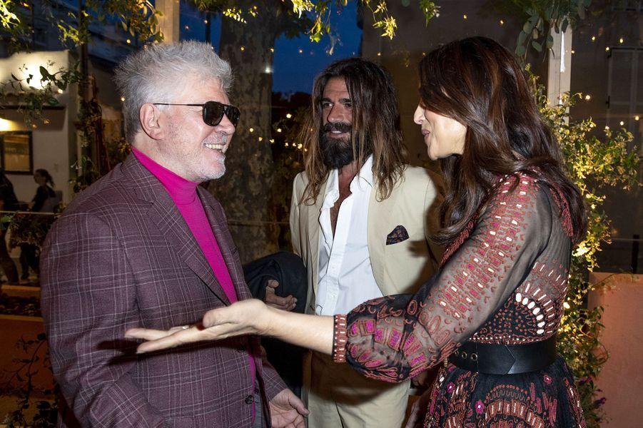 Monica Bellucci et Nicolas Lefebvre discutant avec Pedro Almodovar à la soirée organisée par Dior et «Vogue» au restaurantFred l'écaillerlors du 72e Festival de Cannes le 15 mai 2019