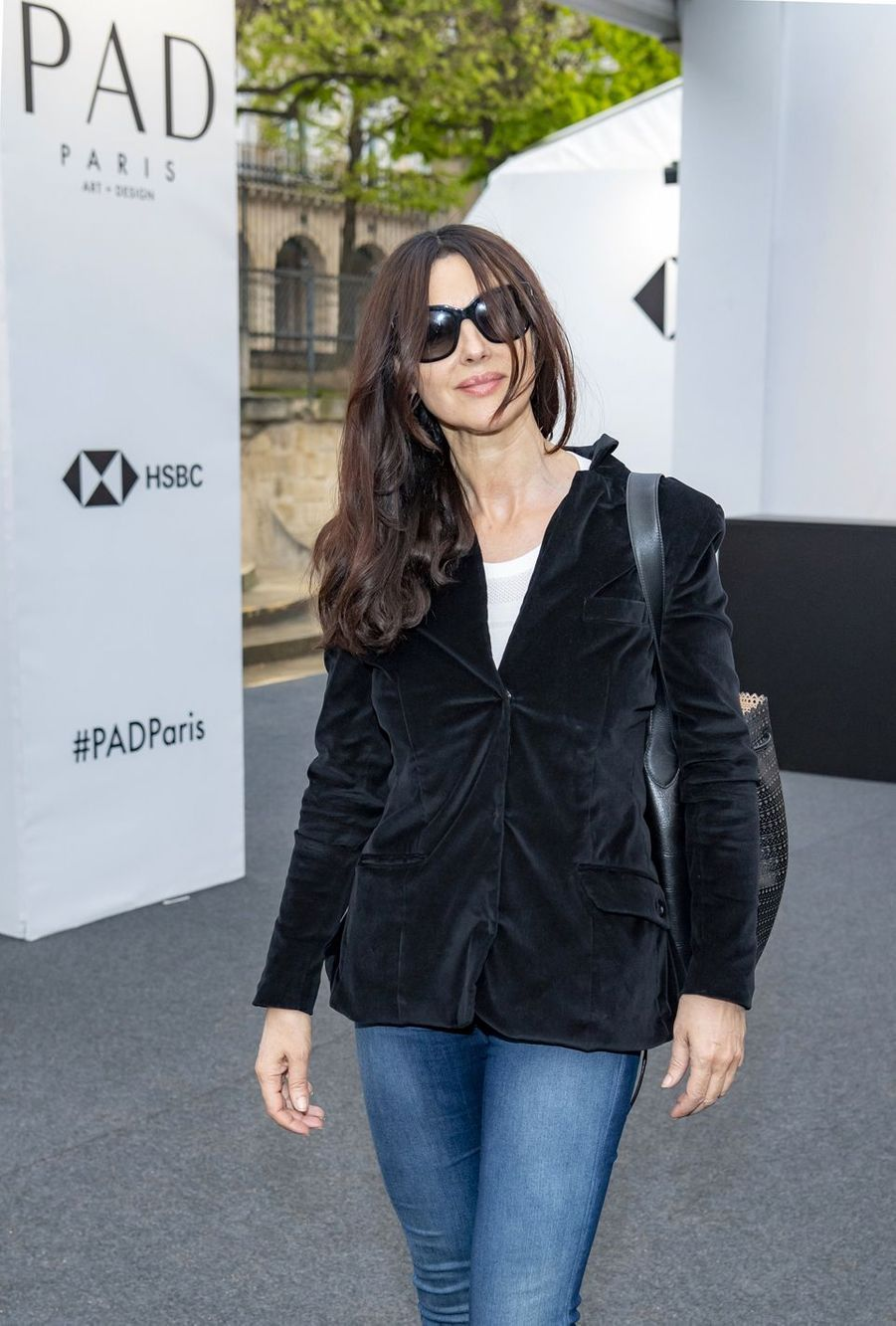 Monica Bellucci lors du salon PAD (Paris Art Design) à Paris le 2 avril 2019.