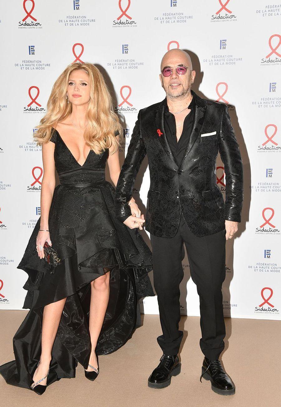 """Pascal Obispo et sa femme Julie Hantsonlors du """"Dîner de la mode du Sidaction"""" à Paris, le 23 janvier 2020."""