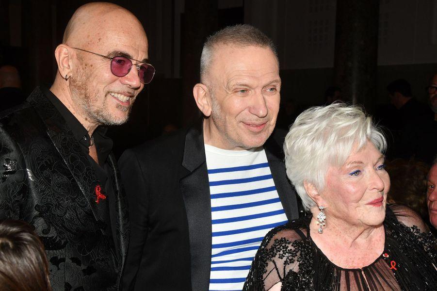 """Pascal Obispo, Jean Paul Gaultier et Line Renaudlors du """"Dîner de la mode du Sidaction"""" à Paris, le 23 janvier 2020."""