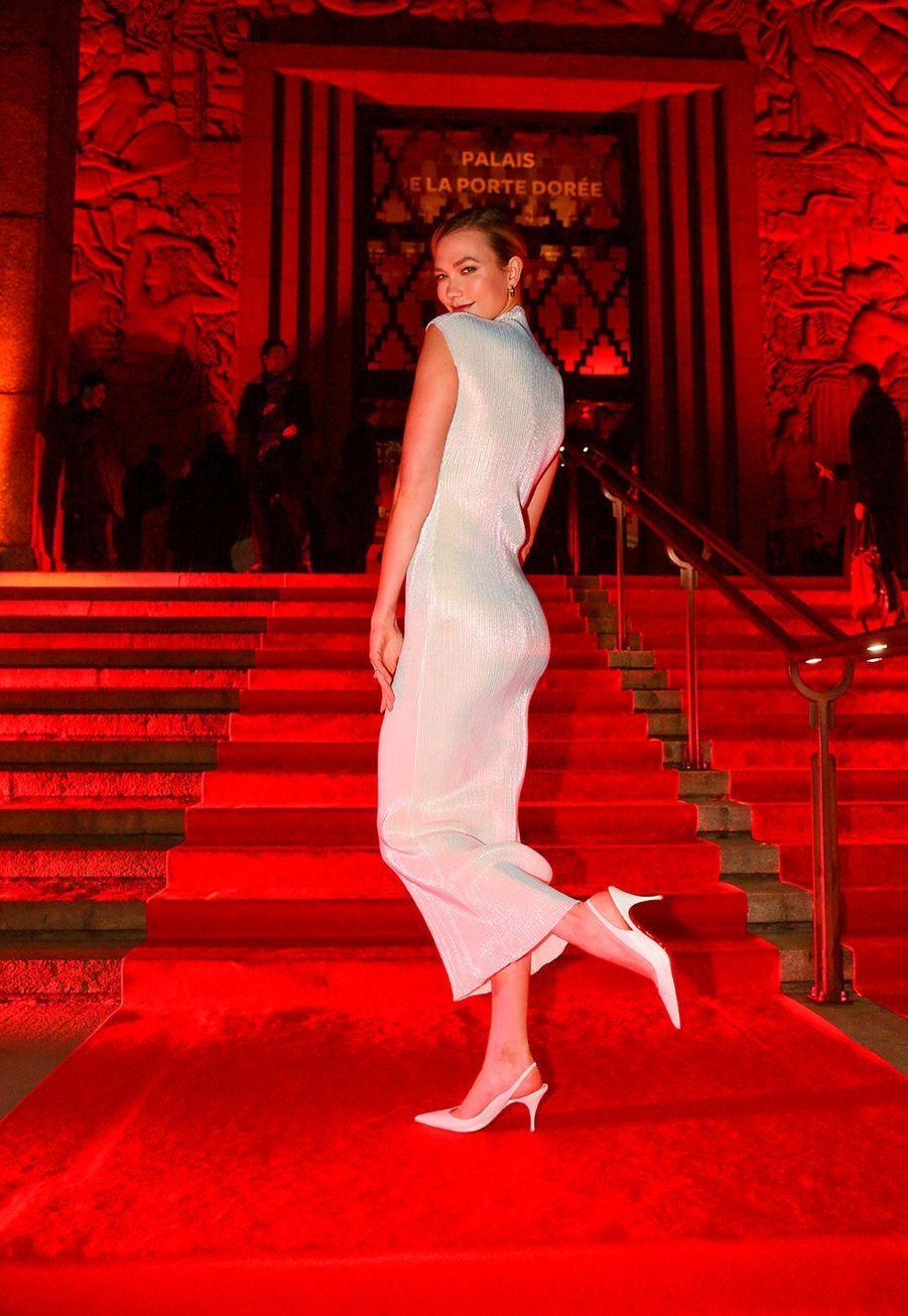 """Karlie Klosslors du vernissage de l'exposition """"Christian Louboutin: L'Exhibitionniste"""" à Paris le 24 février 2020."""