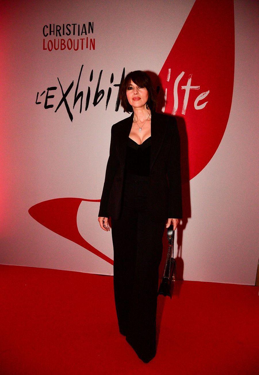 """Monica Bellucci lors du vernissage de l'exposition """"Christian Louboutin: L'Exhibitionniste"""" à Paris le 24 février 2020."""
