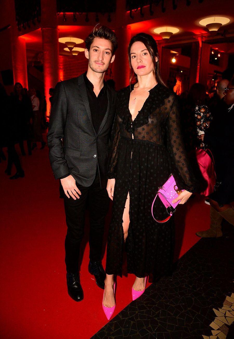 """Pierre Niney avec sa compagne Natasha Andrewslors du vernissage de l'exposition """"Christian Louboutin: L'Exhibitionniste"""" à Paris le 24 février 2020."""