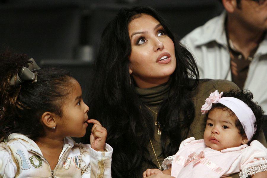 Vanessa Bryant avec ses filles Natalia et Gianna lors d'un match de Kobe Bryant à Los Angeles le 3 novembre 2006