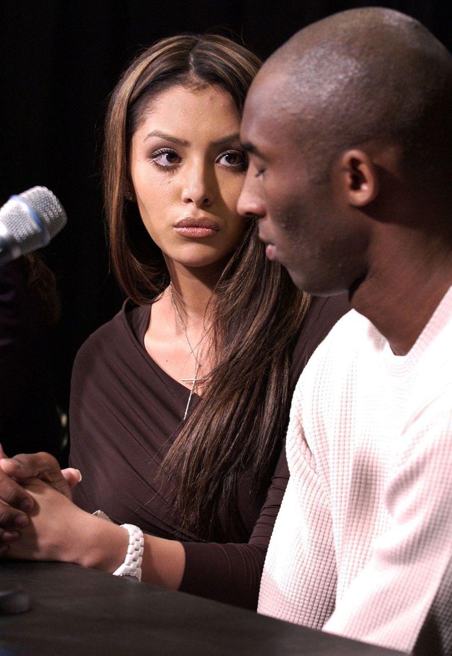 Vanessa et Kobe Bryant lors d'une conférence de presse organisée après l'accusation de viol portée contre le basketteur. Los Angeles, le 18 juillet 2003.