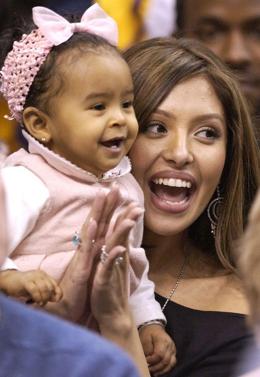 Vanessa Bryant avec sa fille Natalia lors d'un match de Kobe Bryant à Los Angeles le 28 novembre 2003
