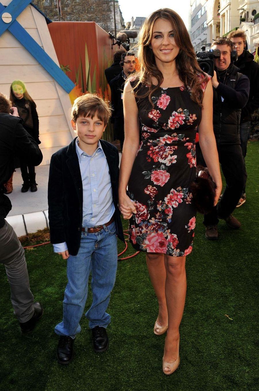 Elizabeth Hurley et son fils Damian à Londres en janvier 2011.