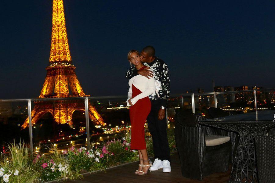 Beyoncé dans les bras de Jay Z, devant la Tour Eiffel