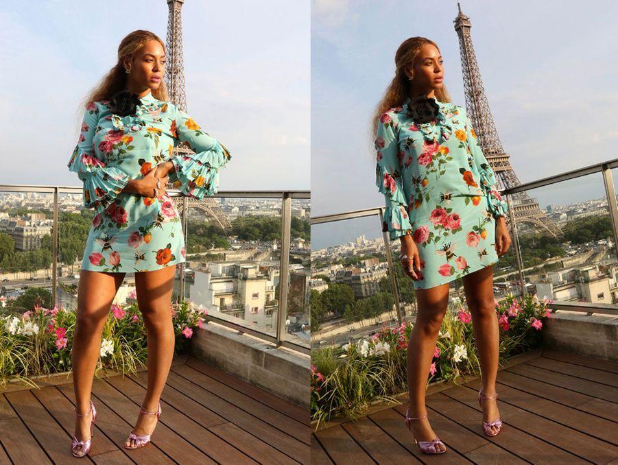 Beyoncé, dans une robe en soie parsemée d'abeilles, son emblème