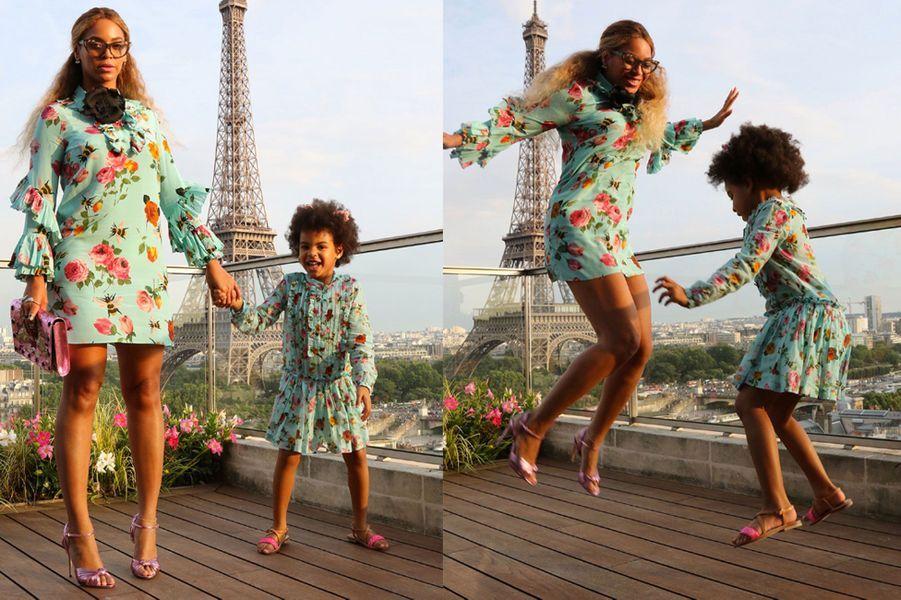 Beyoncé et sa fille Blue Ivy, assorties, devant la Tour Eiffel