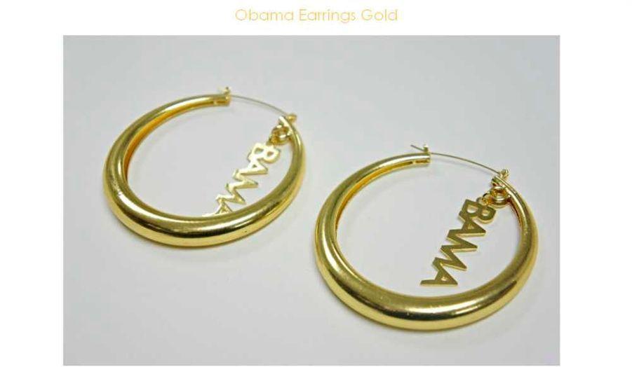 """Pendant la campagne, Bey avait carrément porté des boucles d'oreilles formant le mot """"Obama"""". Depuis, les ventes de ce modèle se seraient envolées. Erika Pena, la créatrice de ces bijoux, a expliqué à TMZ.com avoir vendu 1 300 pairs en l'espace d'une semaine, grâce à la chanteuse. http://www.erikapenashop.com/obama-earrings-gold/"""